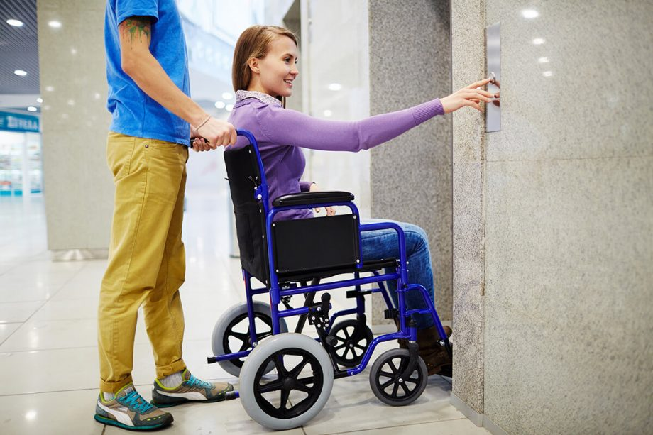 Κοπέλα σε αμαξίδιο καλεί το ασανσέρ