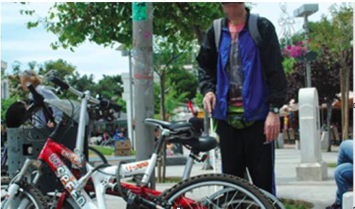 Άνθρωπος με προβλήματα στην όραση αντιμέτωπος με παρκαρισμένα ποδήλατα στο μονοπάτι του.