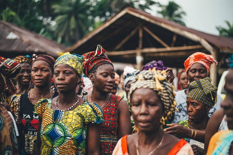 Αφρικανές γυναίκες ντυμένες πολύχρωμα