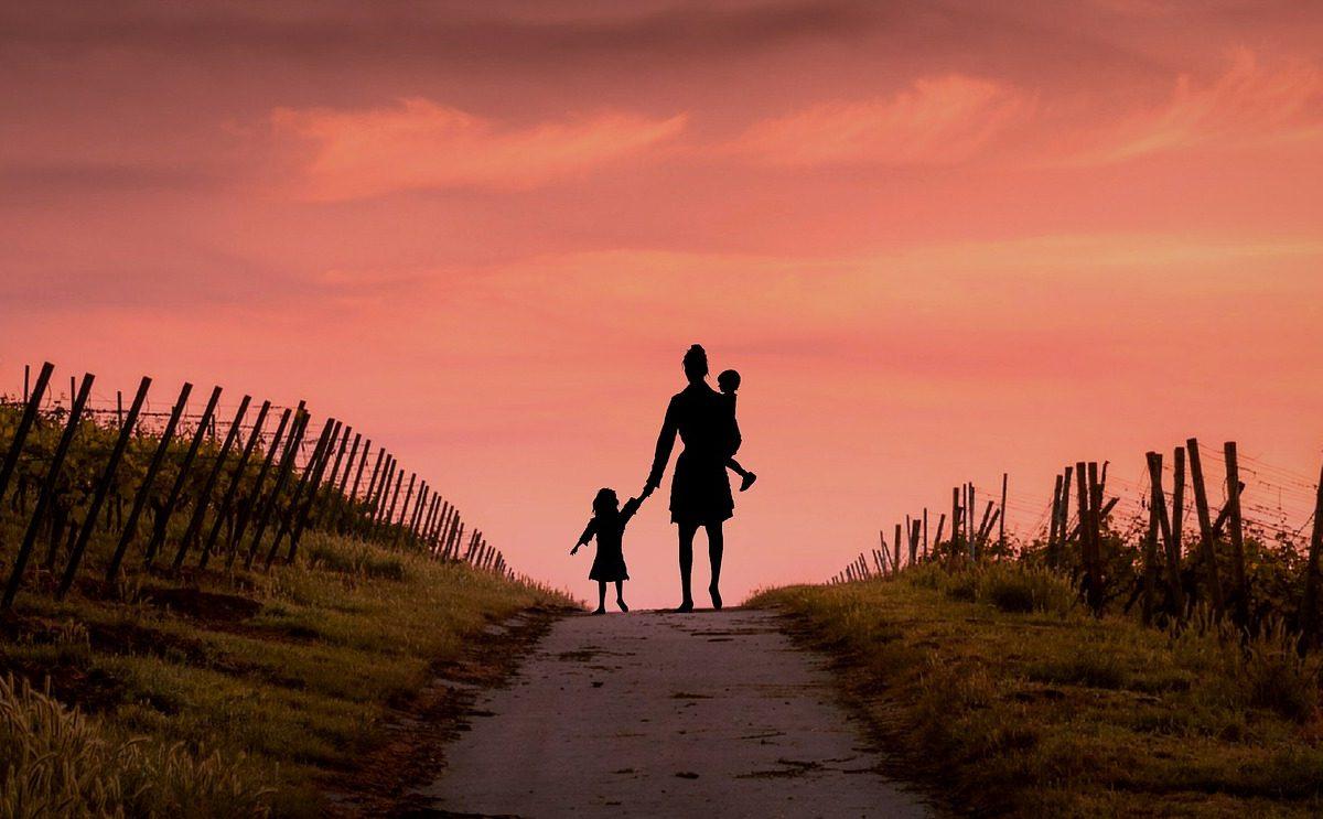 Άστεγη μητέρα με 2 παιδιά, το ένα στην αγκαλιά
